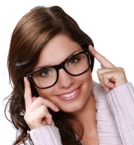 Femme d'affaire portant des lunettes isolée sur fond blanc.