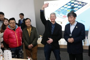 BEIJING, CHINA - JANUARY 17:  (CHINA OUT) Tim Cook, Chief Executive Officer of Apple Inc., and China Mobile Chairman Xi Guohua (R) visit a China Mobile shop to celebrate the launch of iPhone 5S and iPhone 5C on China Mobile's fourth generation (4G) network on January 17, 2014 in Beijing, China. Apple Inc. and China Mobile Limited, the world's largest carrier with over 760 million subscribers, signed a deal on December 23, 2013 after six years of negotiations.  (Photo by ChinaFotoPress/ChinaFotoPress via Getty Images)